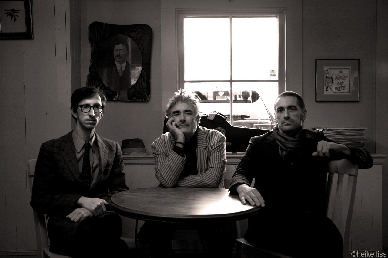 Fred Frith Trio: Jordan Glenn, Fred Frith, Jason Hoopes © Heike Liss