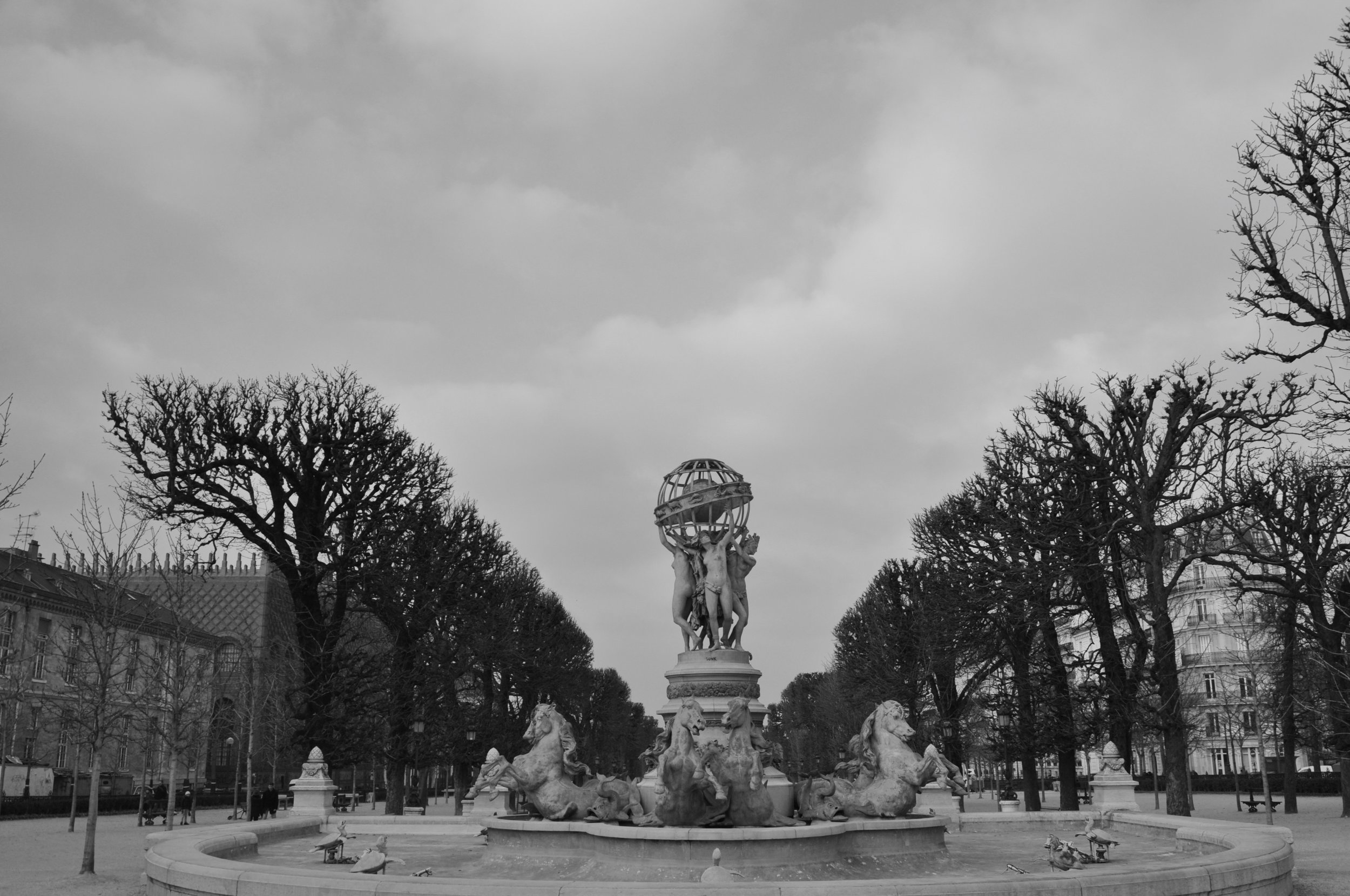 This is a photo of Fontaine de l'Observatoire (similar in name to Jardin de l'Observatoire), which has statues and green benches as well.