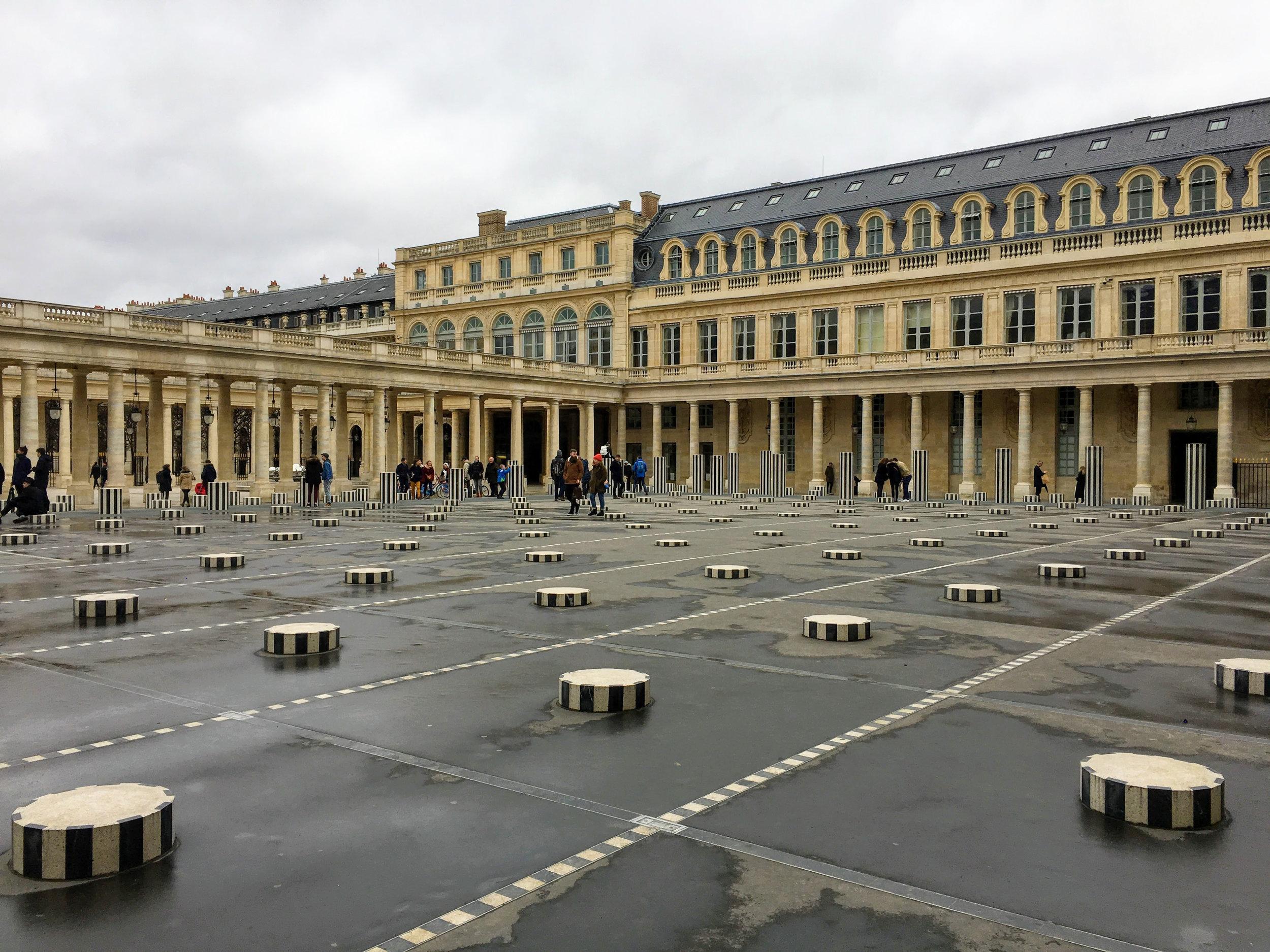 cour du palais royal colonnes de buren paris.jpg