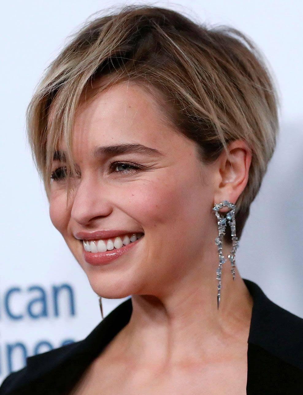 Emilia-Clarke-mere-des-dragons-resplendissante-aux-Britannia-Awards.jpg