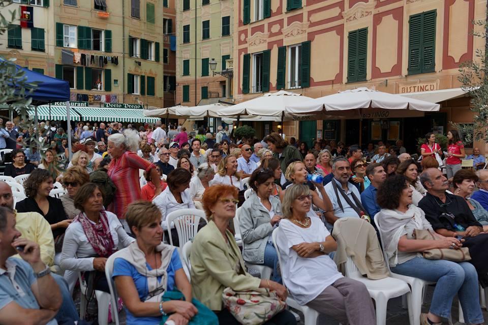 camogli-crowd.jpg
