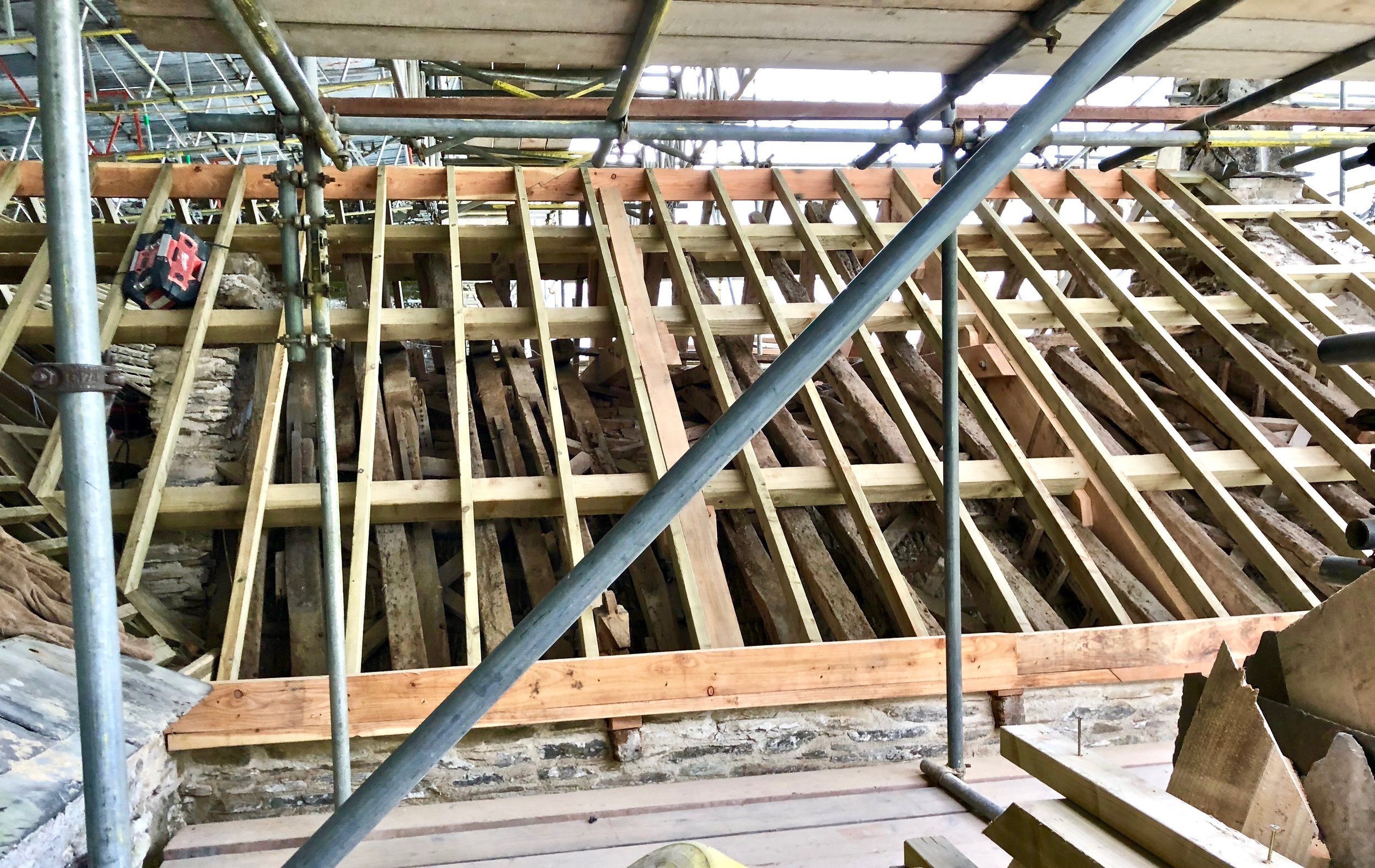The weak vitorian supersrtucture has been removed and replaced with a much stronger framework. The medieval beams remain underneath and help to keep the ceiling up