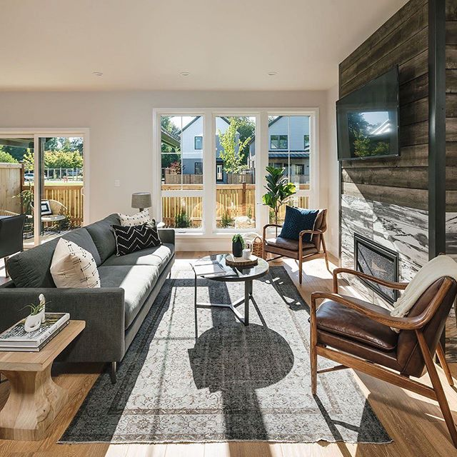Holding on to the sun beaming in the windows as we head into Autumn. Love the brightness in this living room designed and built by @jordaniversonsignaturehomes. It was a pleasure working with their team styling it for their recent Tour of Homes.