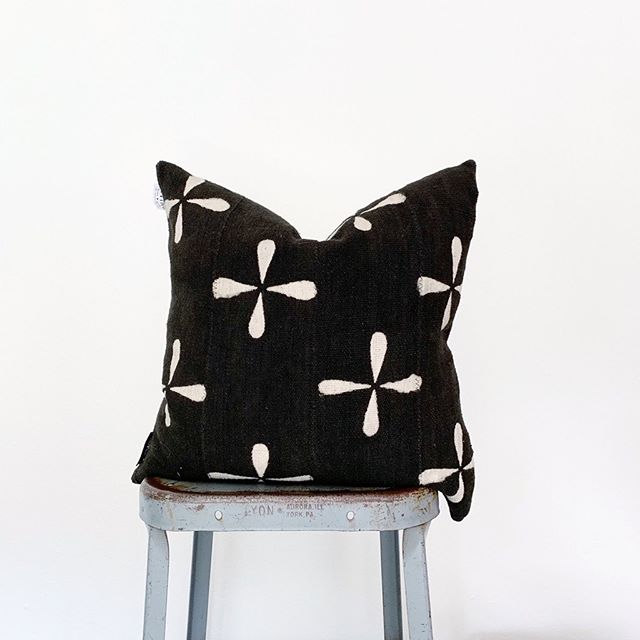 I love some of the fresh new looks we sourced for our mud cloth. If you're looking to add some texture and interest to you pillow ensemble come check these out. 🖤