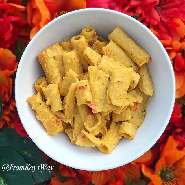 Baked Pumpkin Mac & Cheese. Super seasonal and super seasoned. Up on my blog now! Link in bio 🍁🌱✨ #veganthanksgiving