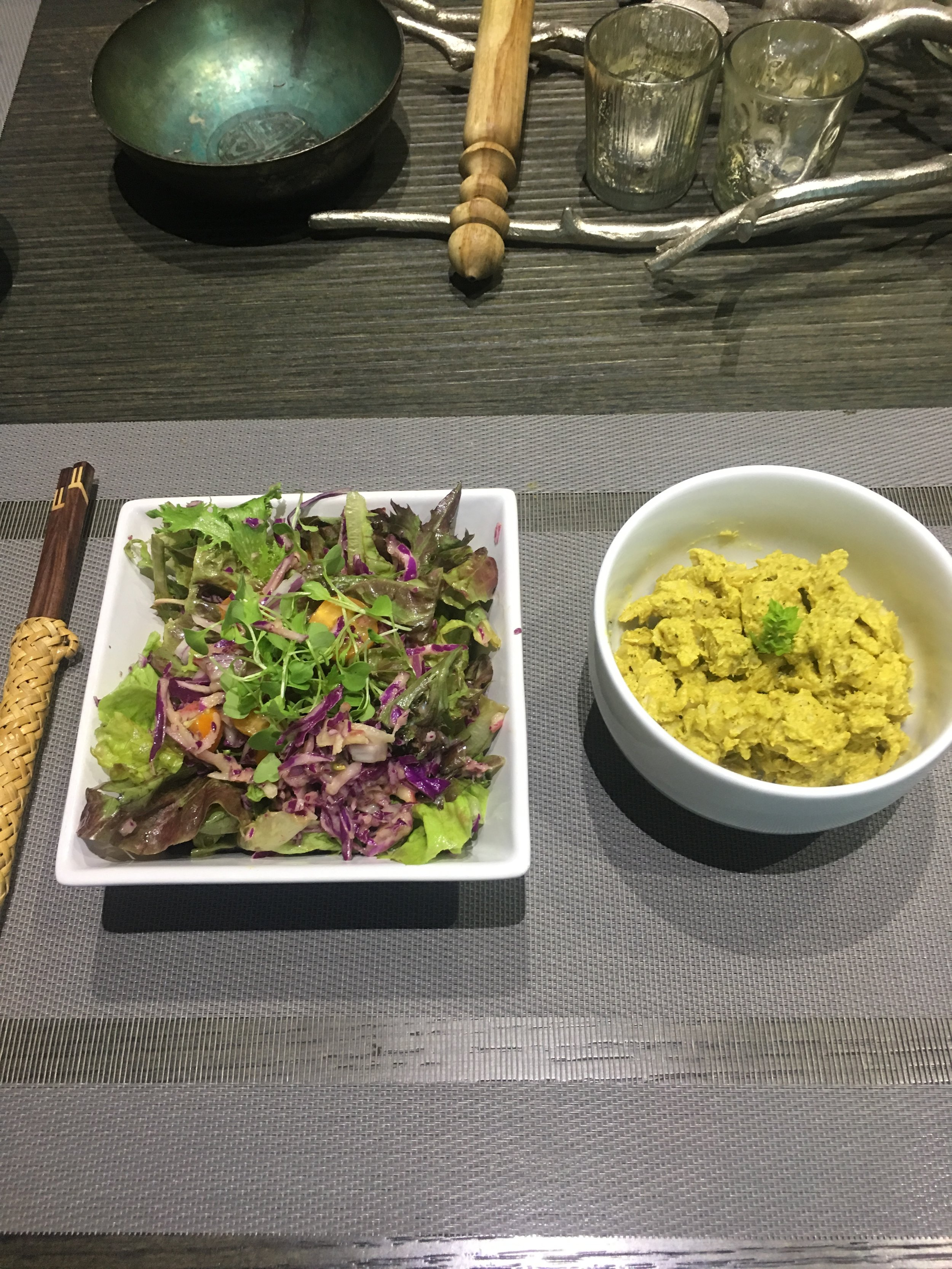 Plant-based dinner: rainbow salad + cashew cauliflower mac & cheese