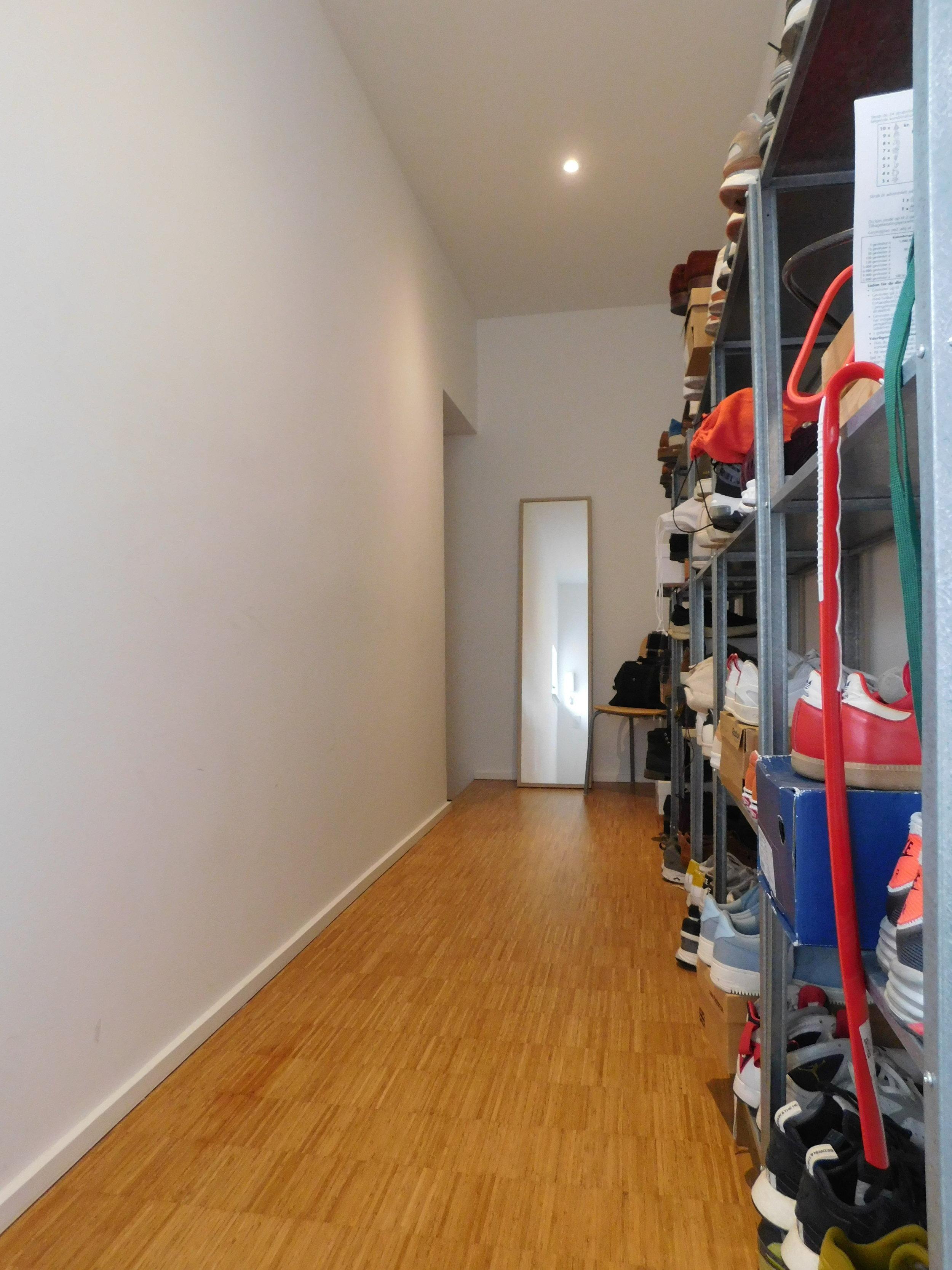 Room 1.06 hallway.JPG
