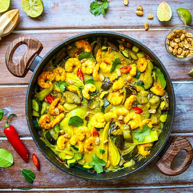 Veggie-filled Thai Green Prawn Curry 🌈  This gloomy Monday calls for a big warming bowl of sunshine to cheer us all up! ☀️ Packing in a rainbow of 5 brightly coloured vegetables and fragrant anti-inflammatory, immune-boosting herbs and spices; this really is the perfect quick #meatfreemonday meal. 👍As a cook, it's easy to forget about the classic, simple dishes as I tend to try to experiment with more complicated or fancier meals.👩🏻🍳 But a stir-fry such as this has all of the elements of a perfect meal: • It is delicious. • It takes 15 minutes to make. • It is loaded with veggies that are high in antioxidant micronutrients. • It is high in good quality protein and fibre.  One portion provides 273 calories, 22g of protein, 6g of fibre and only 4g of fat. But more interestingly, one serving also provides over half of my daily Iron, as well as 33% and 21% of my daily Vitamin C and Vitamin A requirements respectively. 💪  This tasty and healthy recipe will be up by the end of the day!💛🧡💚