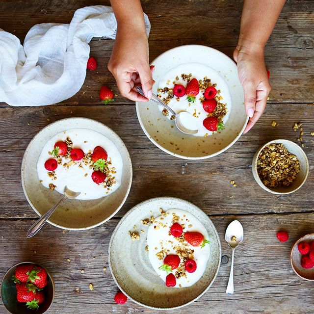 Anyone else delighted that Berry season is back?! 🍓🙋🏻‍♀️ I am so excited to finally go back to the fruit picking farm this week 🍓🌽🍅🥒There really is something quite special about foregoing the shops and being able to pick your own fruits and veggies to make into something delicious at home. I'm not quite sure who enjoys it more, me or the kids! 👧🧒🏻 • 📸 I took this shot a year ago when I had a fabulous food photography tutorial with the insanely talented Kimberly @thelittleplantation I stumbled across this old photo and it reminded me how great a simple bowl of yogurt and juicy berries is on a summer morning. Hope everyone's week is going well! 💕