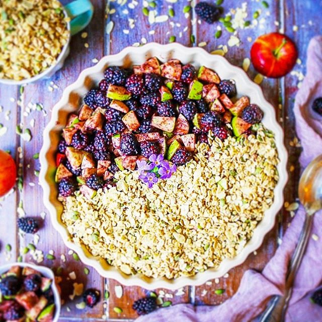 Blackberry, Apple & Ginger Oat Crumble 🍎🥧 After returning from holiday from a mammoth family vacation, the apples trees in our garden were literally bursting! 🌳 And as adorable as it was to see my kids sheer excitement at picking what seemed like 1,247 apples each, it all of a sudden dawned on me that I actually had to DO something with all of them! 😳  And what better way to use up all those apples than in a mouth watering oaty and nutty crumble? Not only is the topping perfectly sweet, crunchy and delicious; but it is low in sugar, full of wholegrain, high-fibre jumbo oats; as well as micronutrient-rich nuts, making it a healthier version of the classic dish. This makes it perfect to eat for breakfast or as a snack or dessert!💜 Easy recipe up on the blog now!