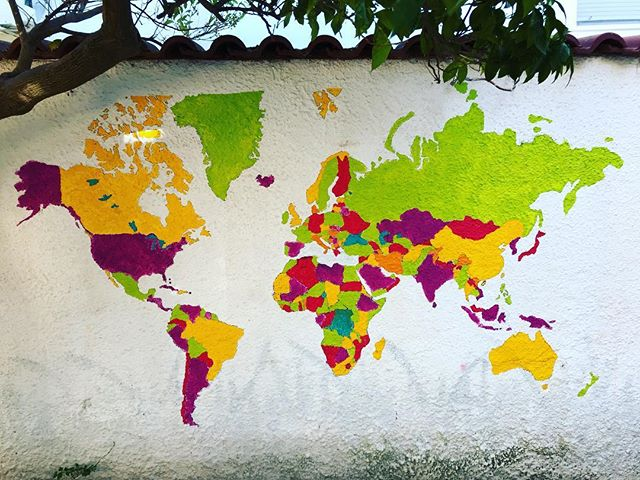 Today we have painted the world map (thanks to everyone who has shared with us)..👏🇬🇷💞 @bananahousesamos . . . #greece🇬🇷 #map #volunteer #island #samos #bananahouse #europe #refugees #world_bestsky