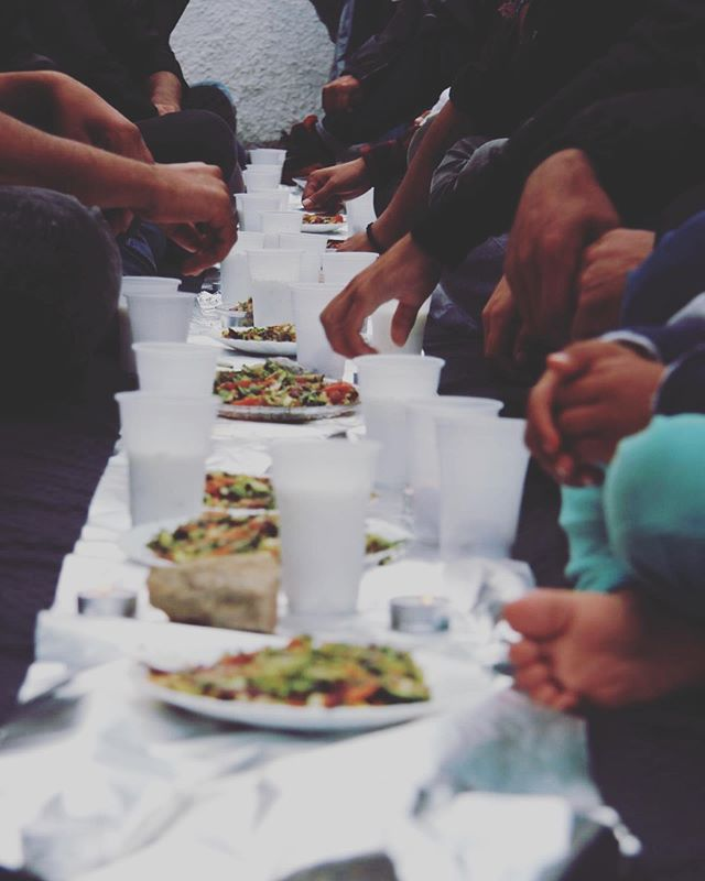 As a Ramadan begins , We have been delighted To host #iftar meals for all our participants , regardless of their religious beliefs , in our centres on both #samos and #chios In the first week chefs from the refugees Community have already cooked over 400 meals ! Our participants have been able to invite Friends and family shared a moment of conviviality and peace.  thanks to this donation and the amazing support from our partners help refugees all this has been made possible we look forward to continuing these  for the next 3 weeks  of ramadan . ‏Thank you very much Chef Bader I have done a wonderful job for a (Palestinian refugee)👍🏻👏 @bader_elbiltaji  Photography Mahmoud📸 By : @pgy_mahmoud_abu_senan  @bananahousesamos  #Ramadankareem #helpreffugees #chooselove #samos #chios #actionforeducation #refuggeesgr #bananahouse