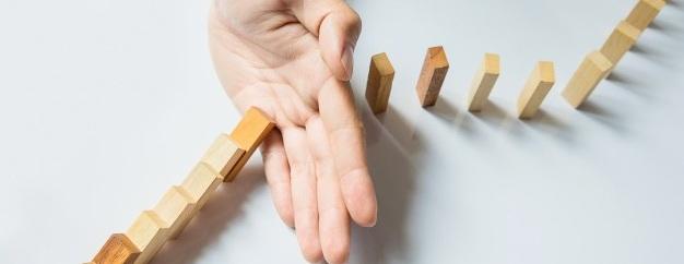 uomo-d-affari-fermare-domino-continuo-rovesciato-o-rischiare-con-copyspace_1423-17.jpg