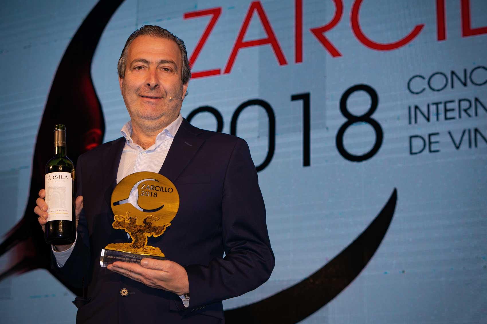 Ricardo Rodilla, Bodegas Társila's General Manager, receives the Great Golden Zarcillo Award at the Santa Espina monastery in Valladolid