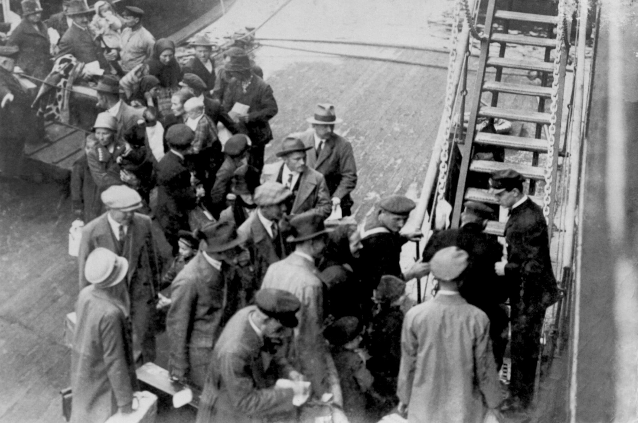 Embarque de suíços para o Brasil no porto de Gênova, Itália, década de 1920 Acervo Memorial do Imigrante