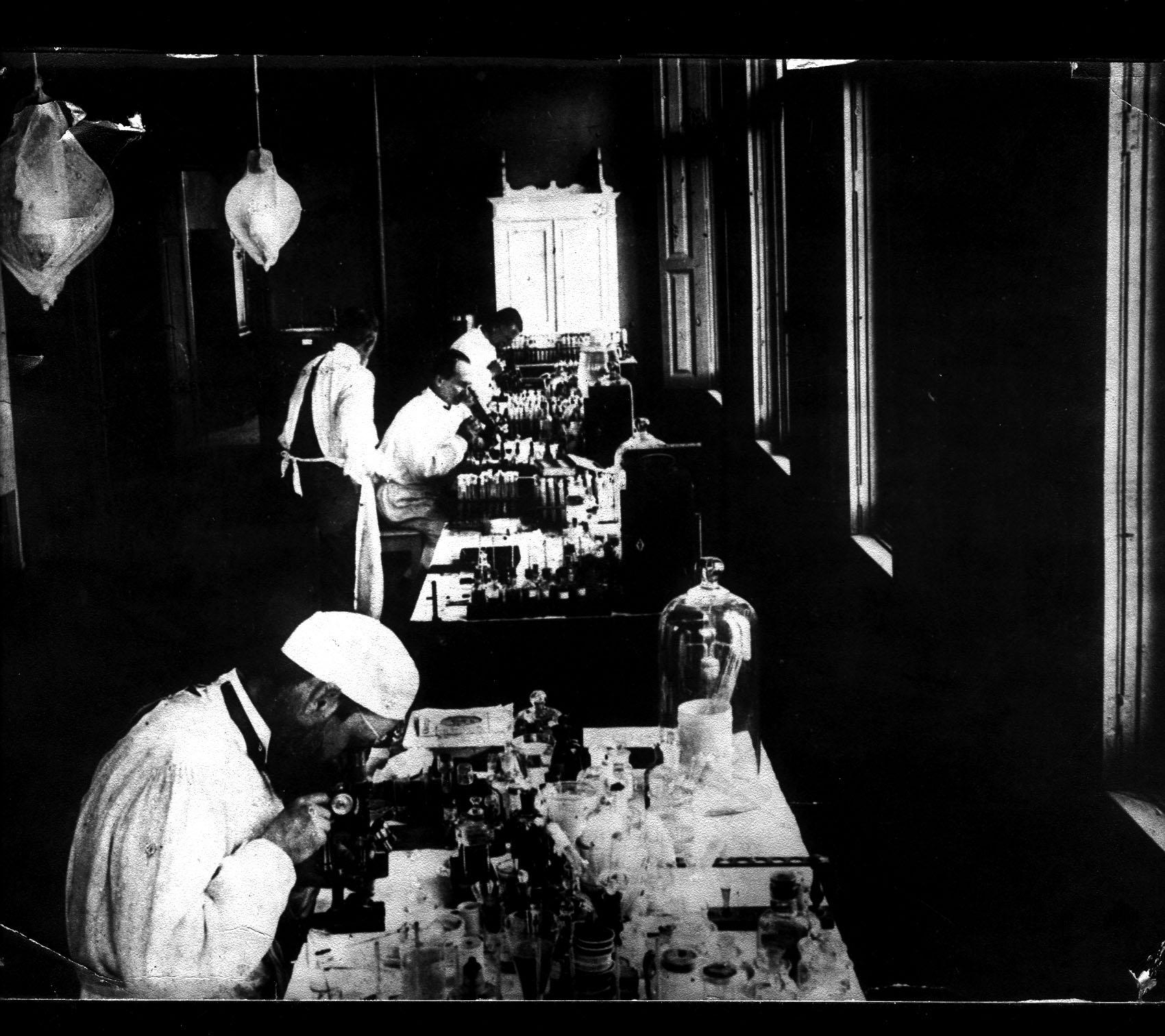 Adolpho Lutz observa material no microscópio do Instituto Bacteriológico, 1908 Acervo Museu do Instituto Adolfo Lutz, Centro de Memória