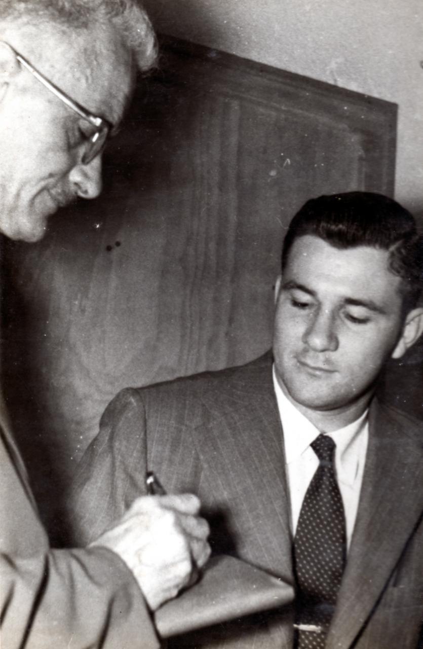Edy Guggisberg em entrevista ao jornal Diário Comércio e Indústria, na Fábrica Axios, 1958 Acervo pessoal
