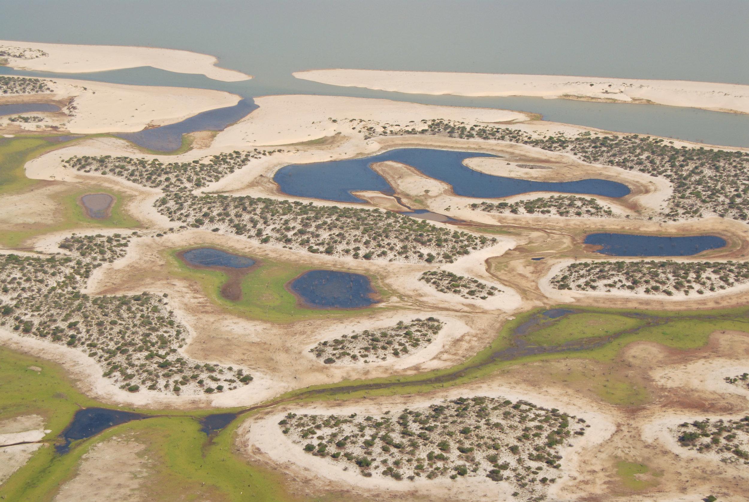 Fotografia aérea do leito seco da represa de Sobradinho no rio São Francisco, Bahia / Imagem por Margi Moss Acervo Projeto Brasil das Águas