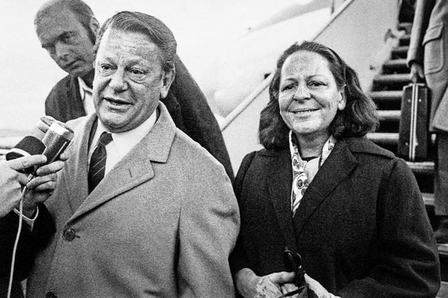 Giovanni Bucher e sua esposa ao chegar à Suíça após sua liberação, 1971 / Imagem por Keystone Site jornal 24heures.ch