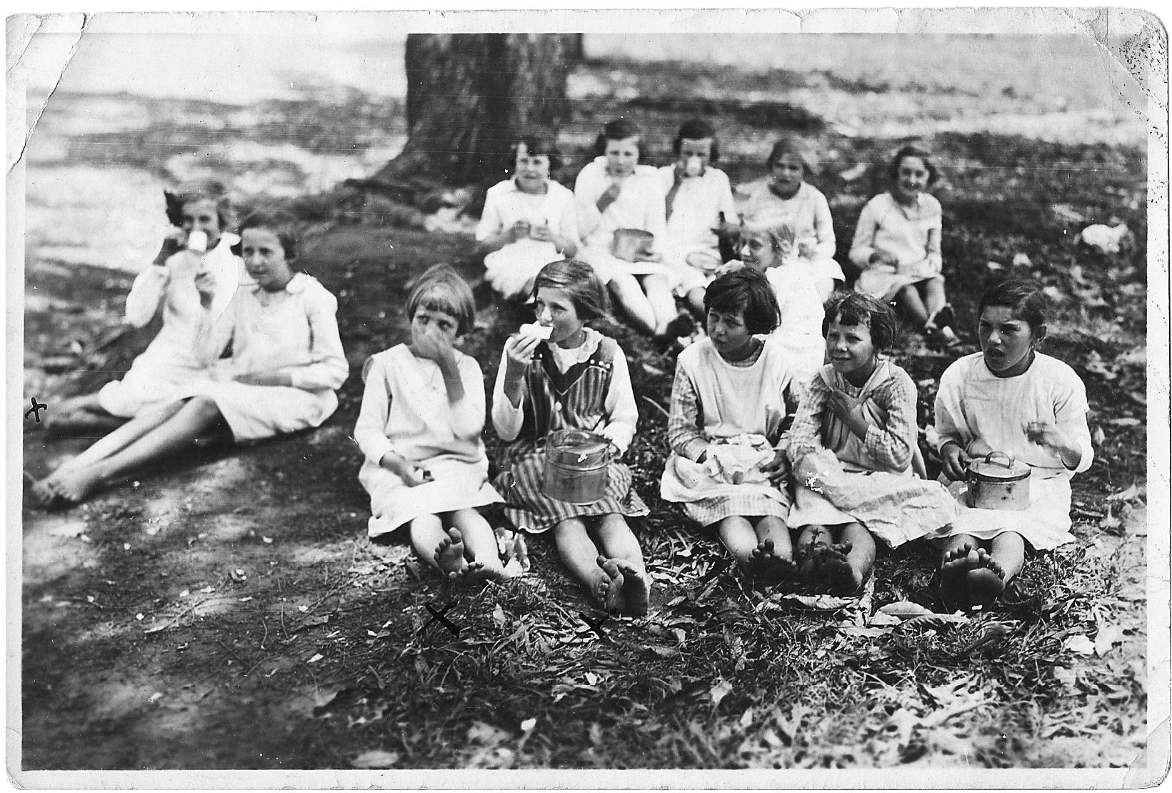 Em um intervalo das aulas da escola São Nicolau de Flüe, 1927  Acervo Dra.Lotte Köhler - Carlota Schmidt Memorial Center