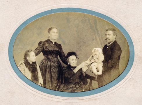 Marianne Salusse-Joset estende as mãos a um trineto, 1892 Acervo da Chácara do Paraíso (Família Moraes)