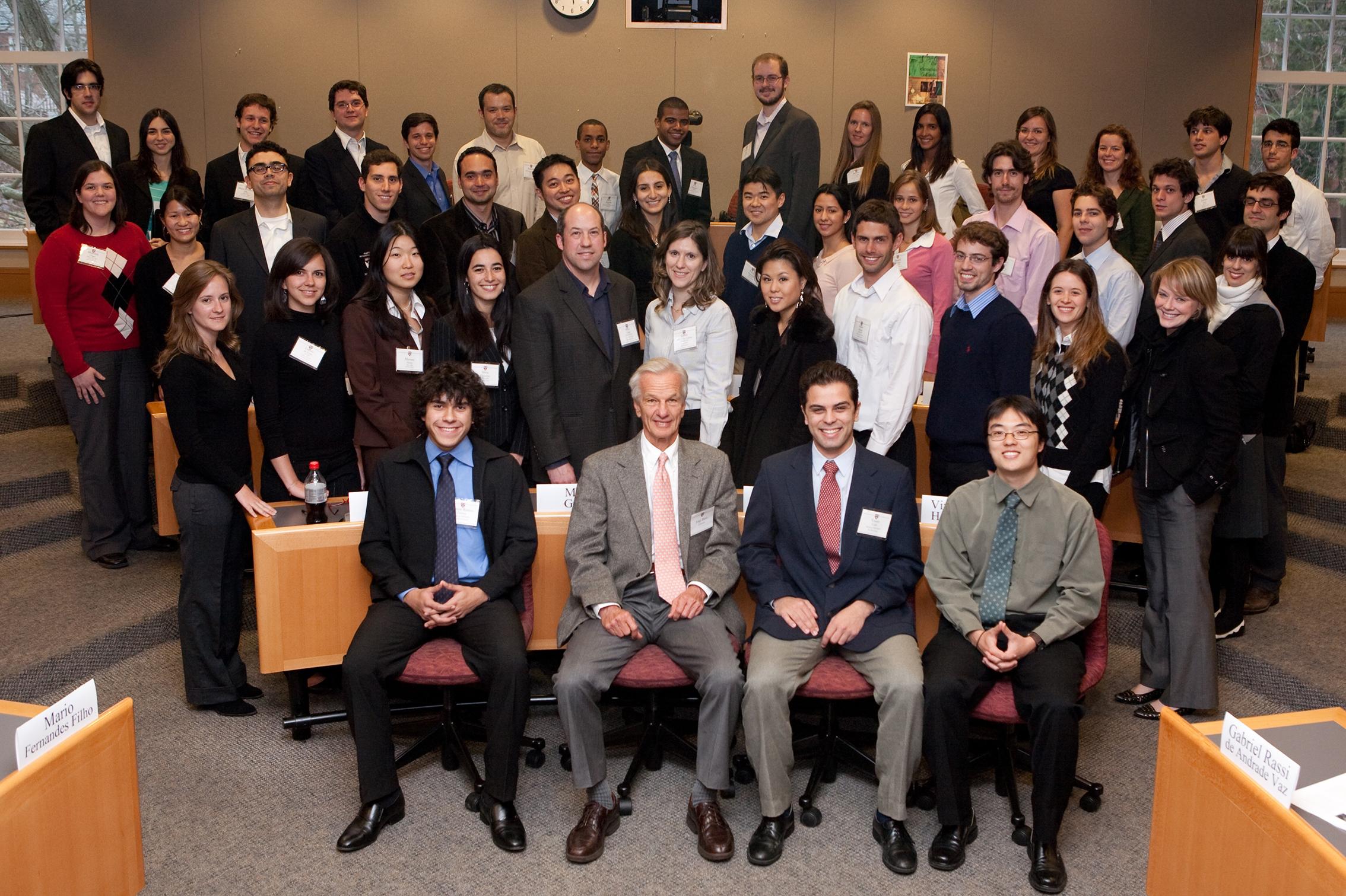 Jorge Paulo Lemann em encontro na Universidade de Harvard com estudantes beneficiados por bolsas de estudo / Imagem por Susan Young Acervo da Universidade de Harvard/Fundação Lemann