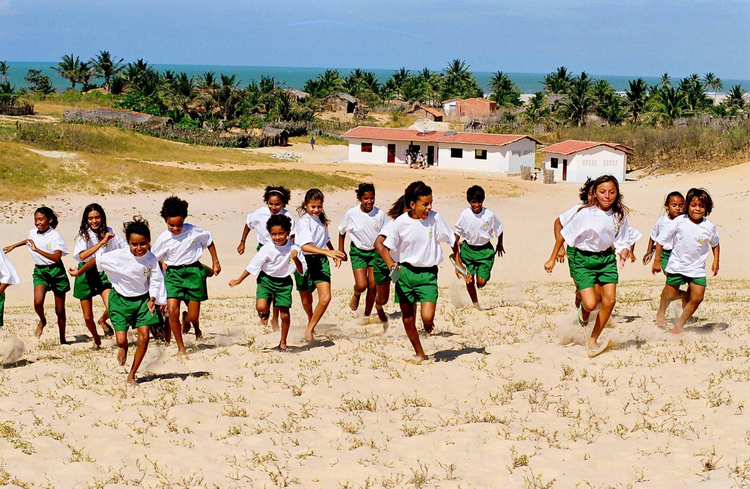 Crianças do Coral Canto verde, formado na escola da Prainha do Canto verde, litoral do Ceará / Imagem por Mila Pretrillo Acervo René Schärer