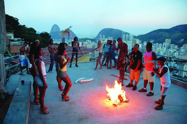 """Still de vídeo, parte da obra """"Funk Staden"""", por Maurício Dias & Walter Riedweg, 2007 Acervo Maurício Dias & Walter Riedweg"""