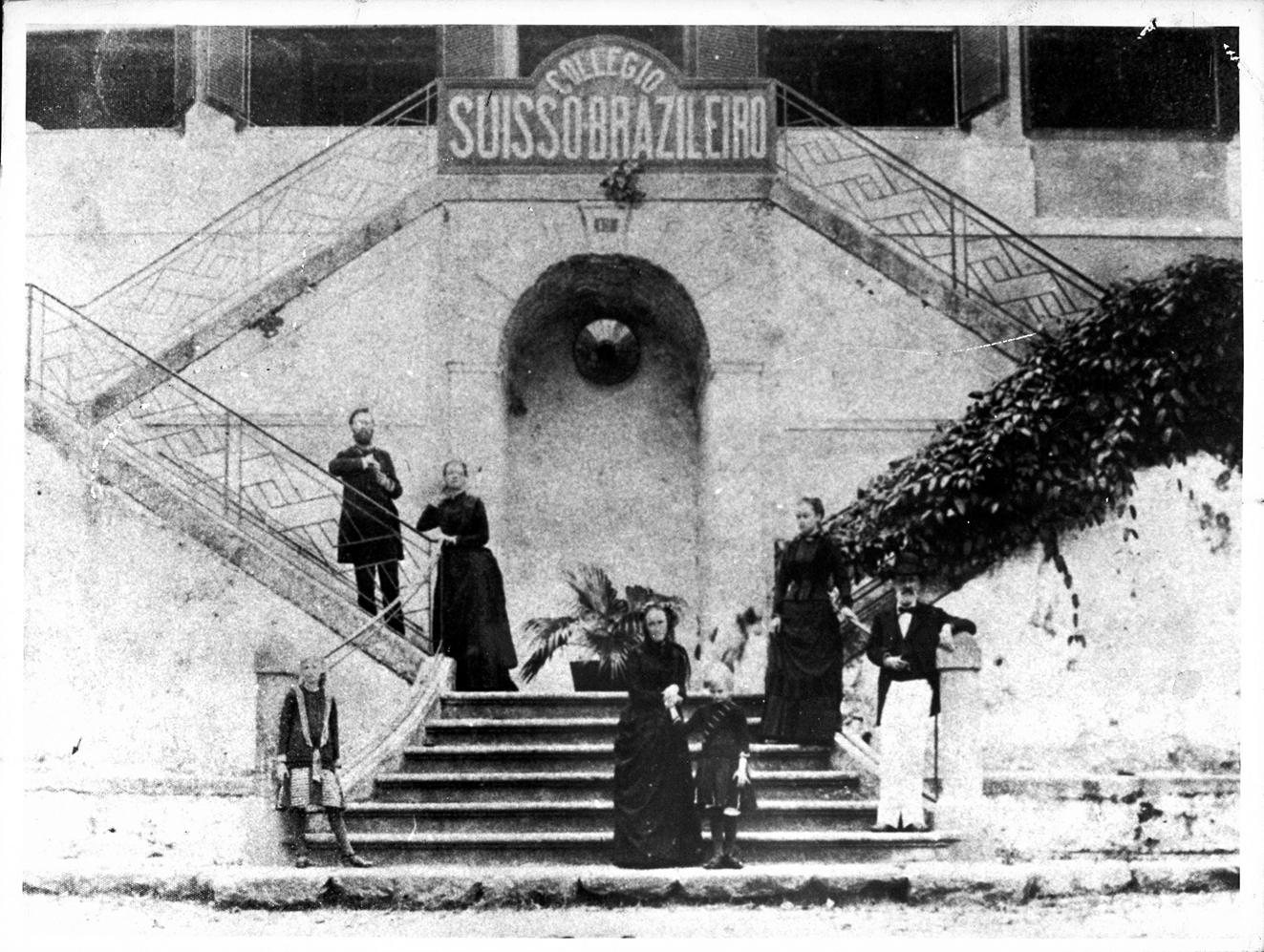 A família Lutz posa em frente ao Colégio Suíço-Brasileiro, criado no século 19 em uma residência da rua Farani, no Rio de Janeiro Acervo Instituto Adolfo Lutz