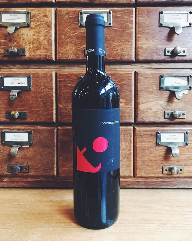 Bedales at Spitalfields has been ringing through some seriously killer wines on the Coravin selection. Our most recent addition: L'acino Toccomagliocco 2009. Magliocco Canino is a little known grape variety from Calabria, and this aged example has us all doing a little fist pump! We've only got three bottles, so get it whilst it's hot! • #winelife #winebar #londonwinebar #bytheglass #maglioccocanino #calabria #vinitaly #winesofitaly #redwine #drinkthis #pourthis #sommelier #sommlife #winos