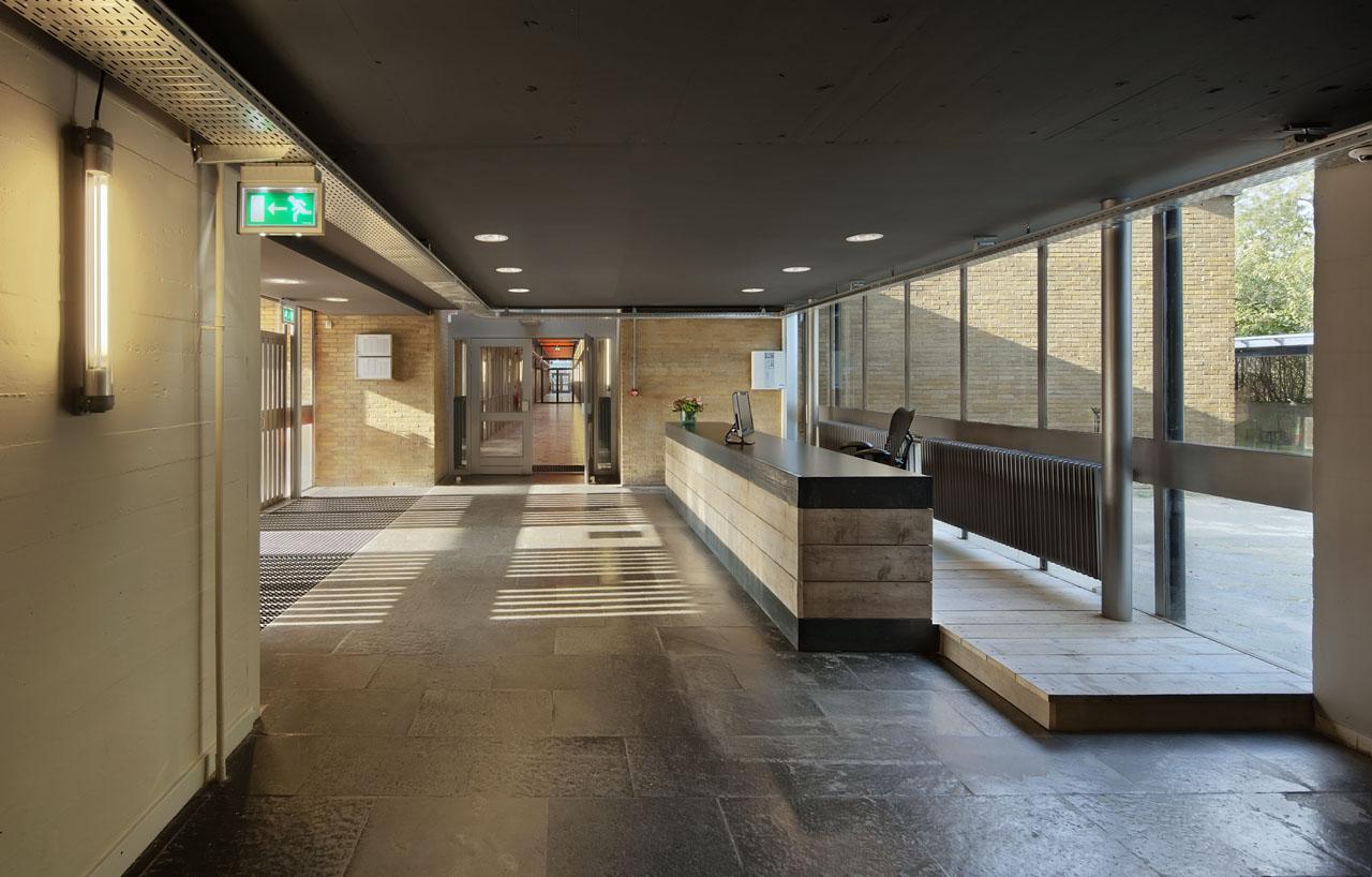 Entreebalie Bedrijfsgebouw Mitros Pionier Utrecht steigerhout beton industrieel