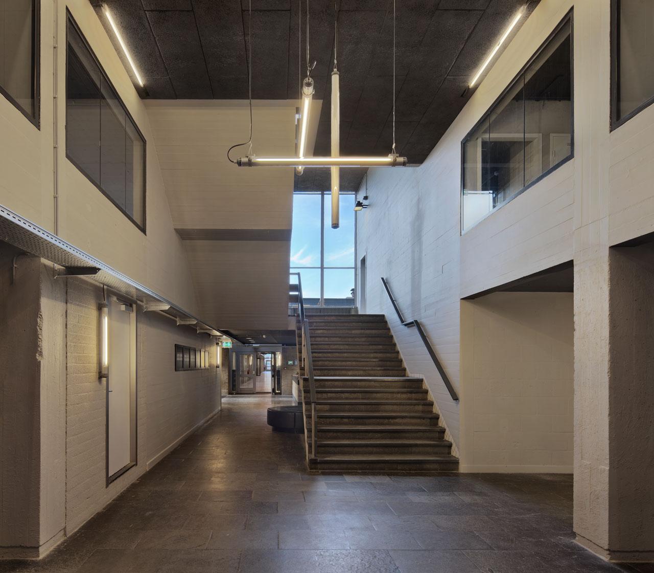 Hal en trappenhuis in bedrijfsverzamelgebouw Pionier Utrecht. Industrieel, beton met plankenstructuur.