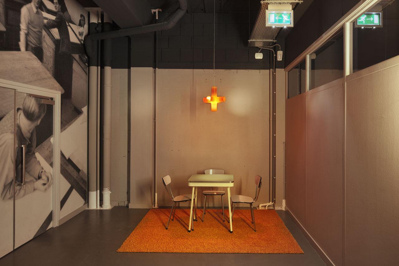 Zitje in interieur Pionier, gangzone. Kruislamp (crosslight) Dark. Oranje grasmat.