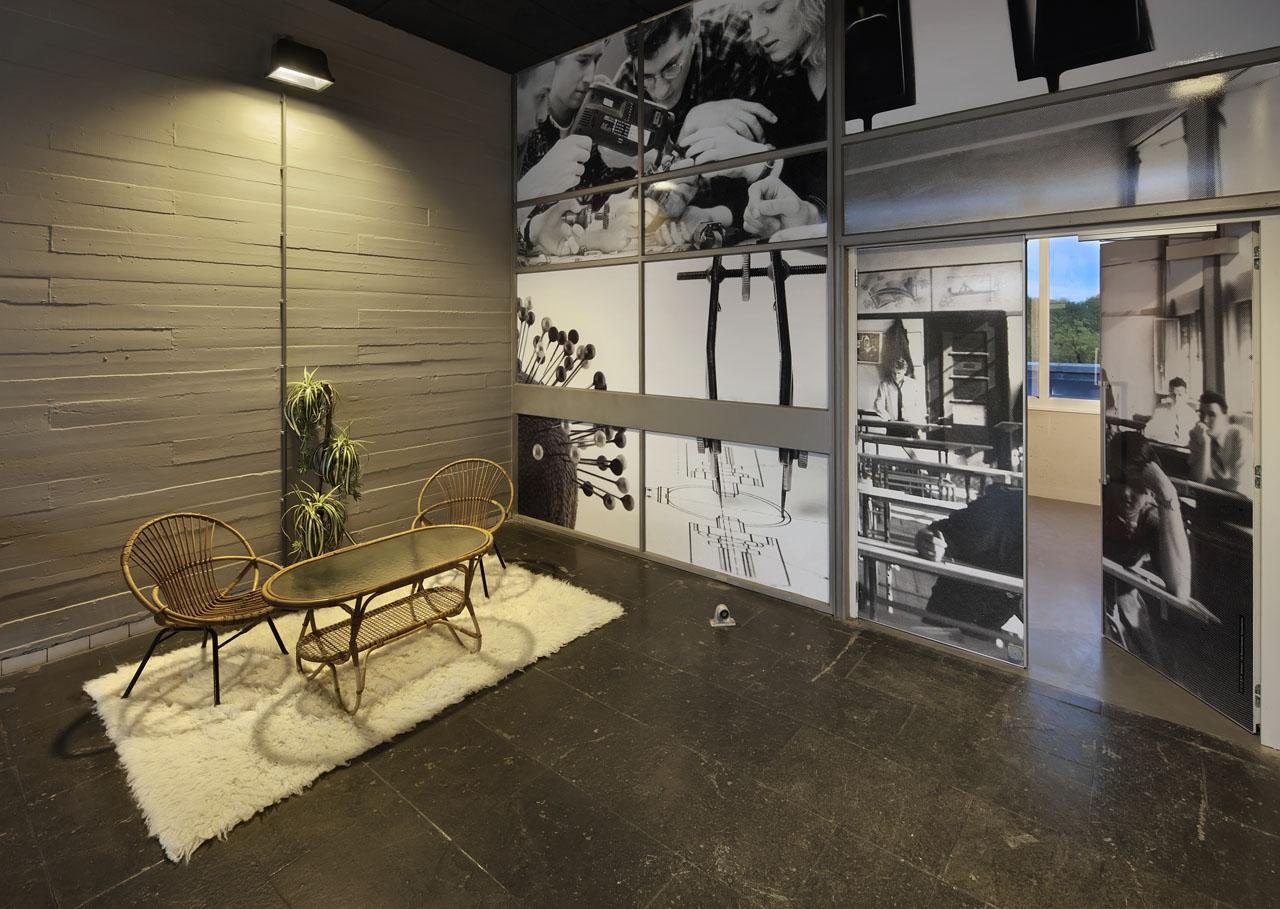 Interieur Pionier Utrecht met zitje. Beton met plankstructuur en foto's op folie in brandwerende pui.