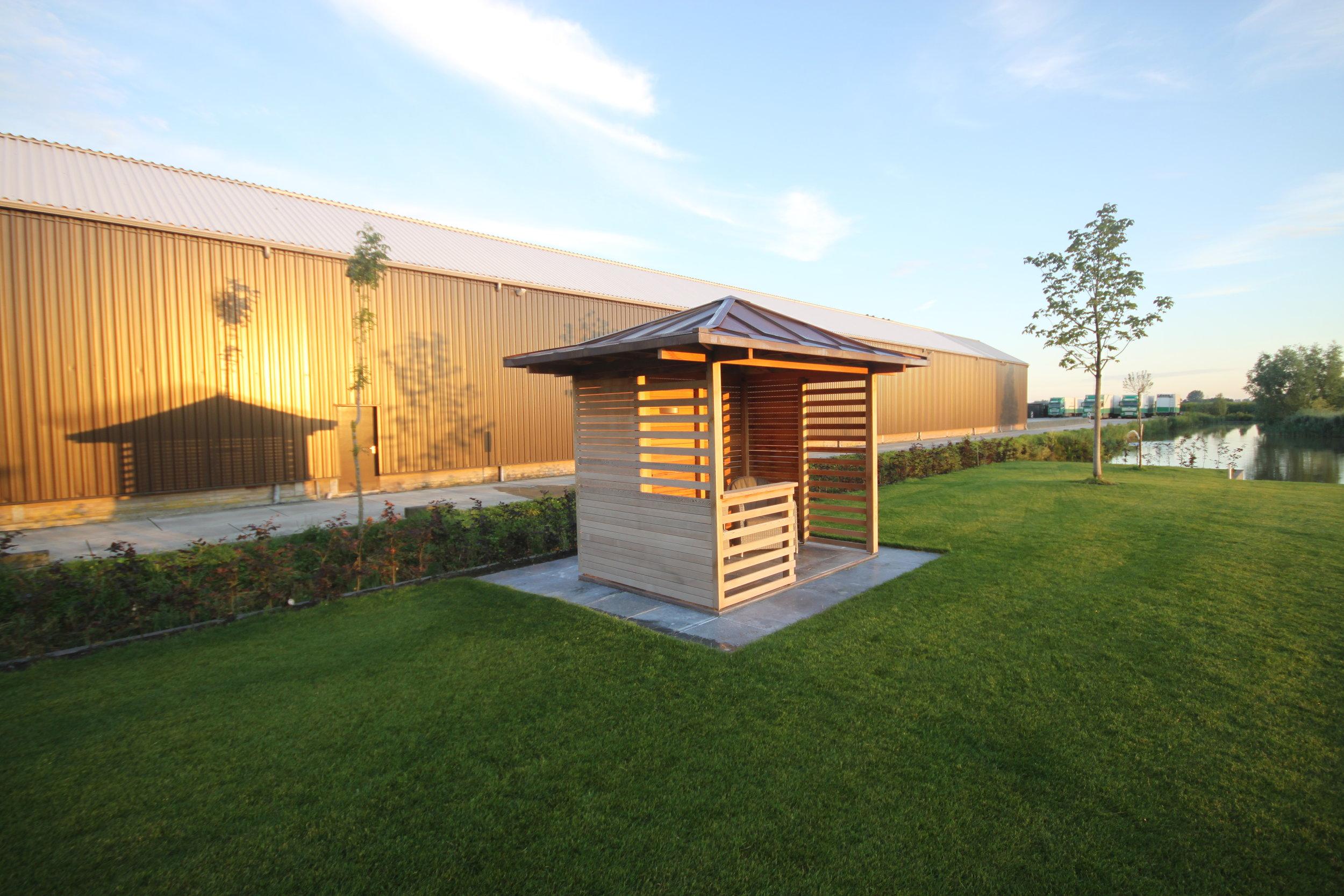 Tuinhuisje Benschop in de polder. Houten beschoeiing met een koperen dakje.