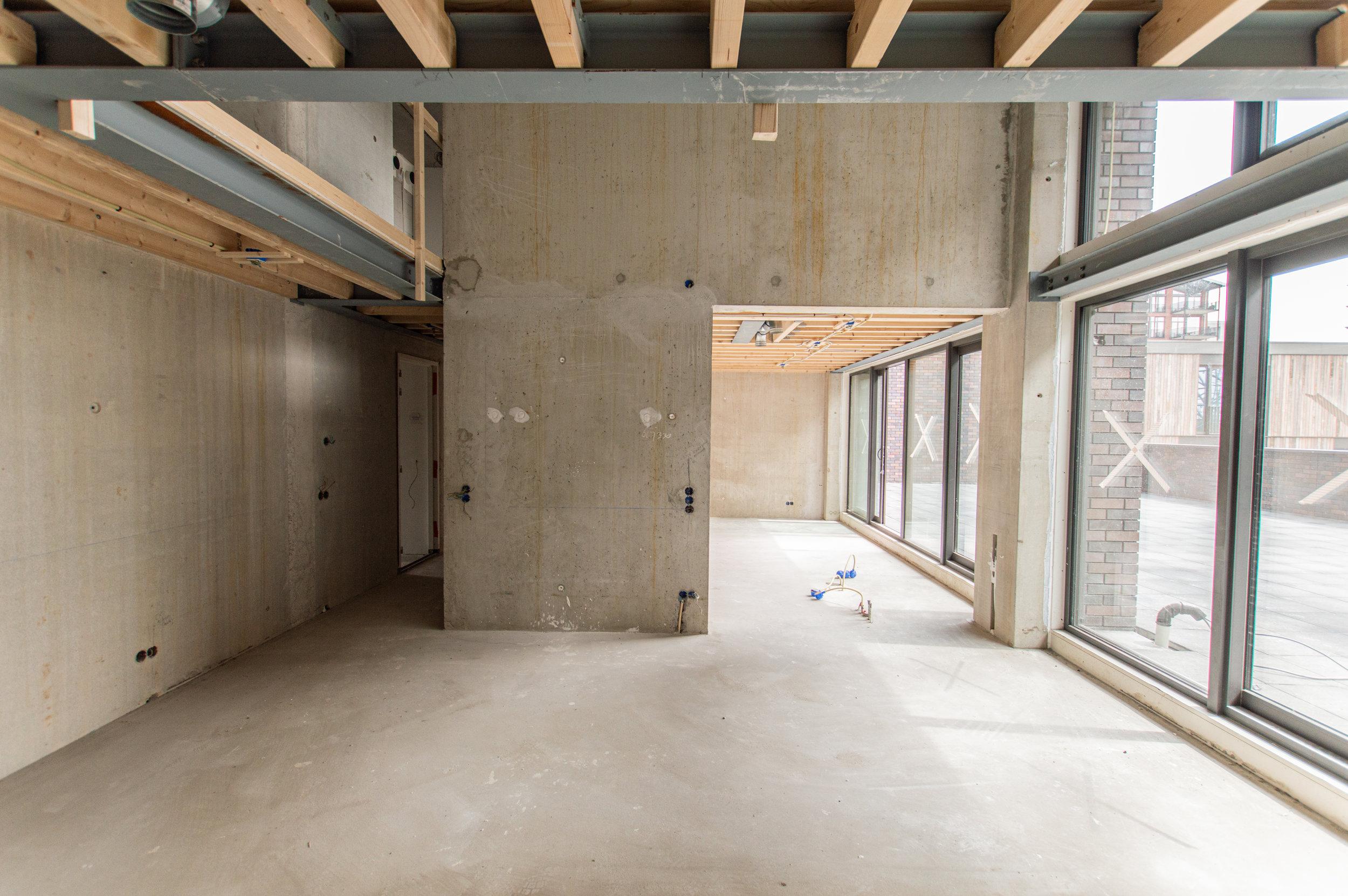 interieur met betonwand en betonvloer