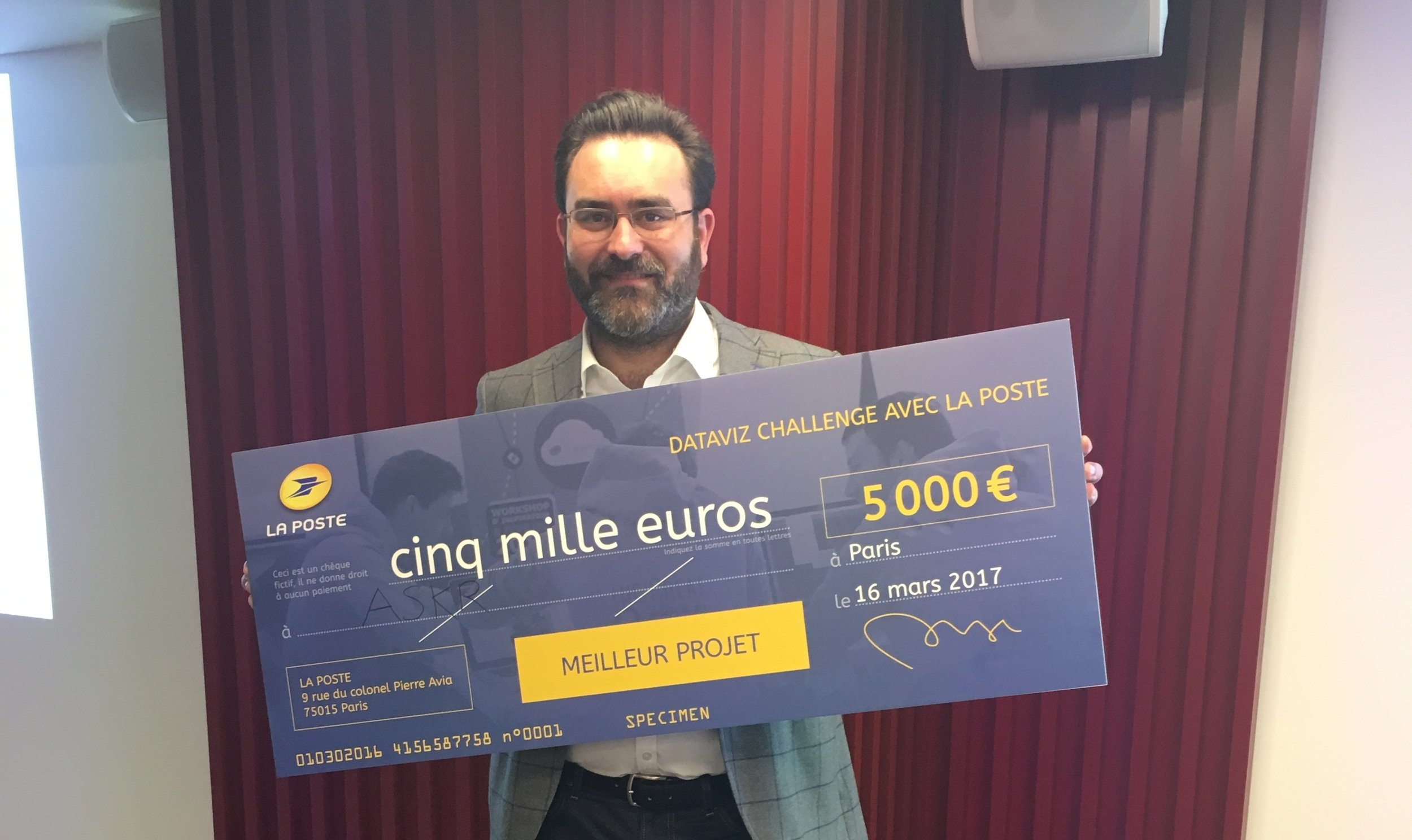 Matthieu Chabeau, CEO d'AskR, holding the DatavIz Challenge price.