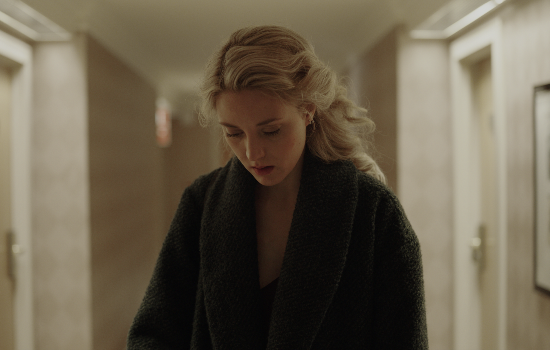Le passe devant nous - Alice leads a routine life as an escort and avoids any significant form of social contact. After the death of her ex, she is forced to take care of the son she abandoned years earlier. Her seeming indifference comes abruptly to an end, as she is confronted with the emotional emptiness in her life.