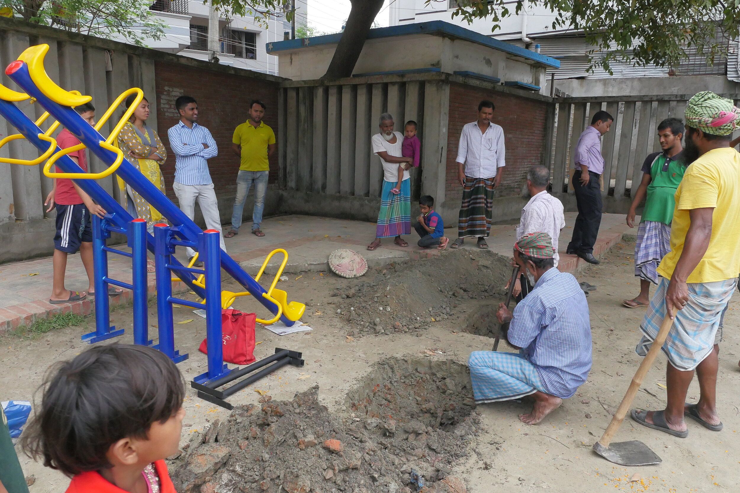 Local residents gather to install a seesaw. Credit: UN-Habitat