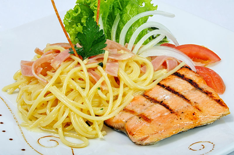 Spaguetti Alfredo con salmón grillado $18,70