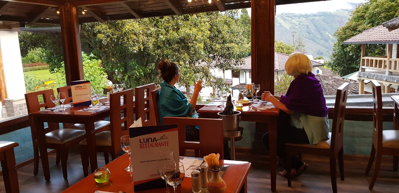 Almorzando frente a las montañas en Luna Restaurante.