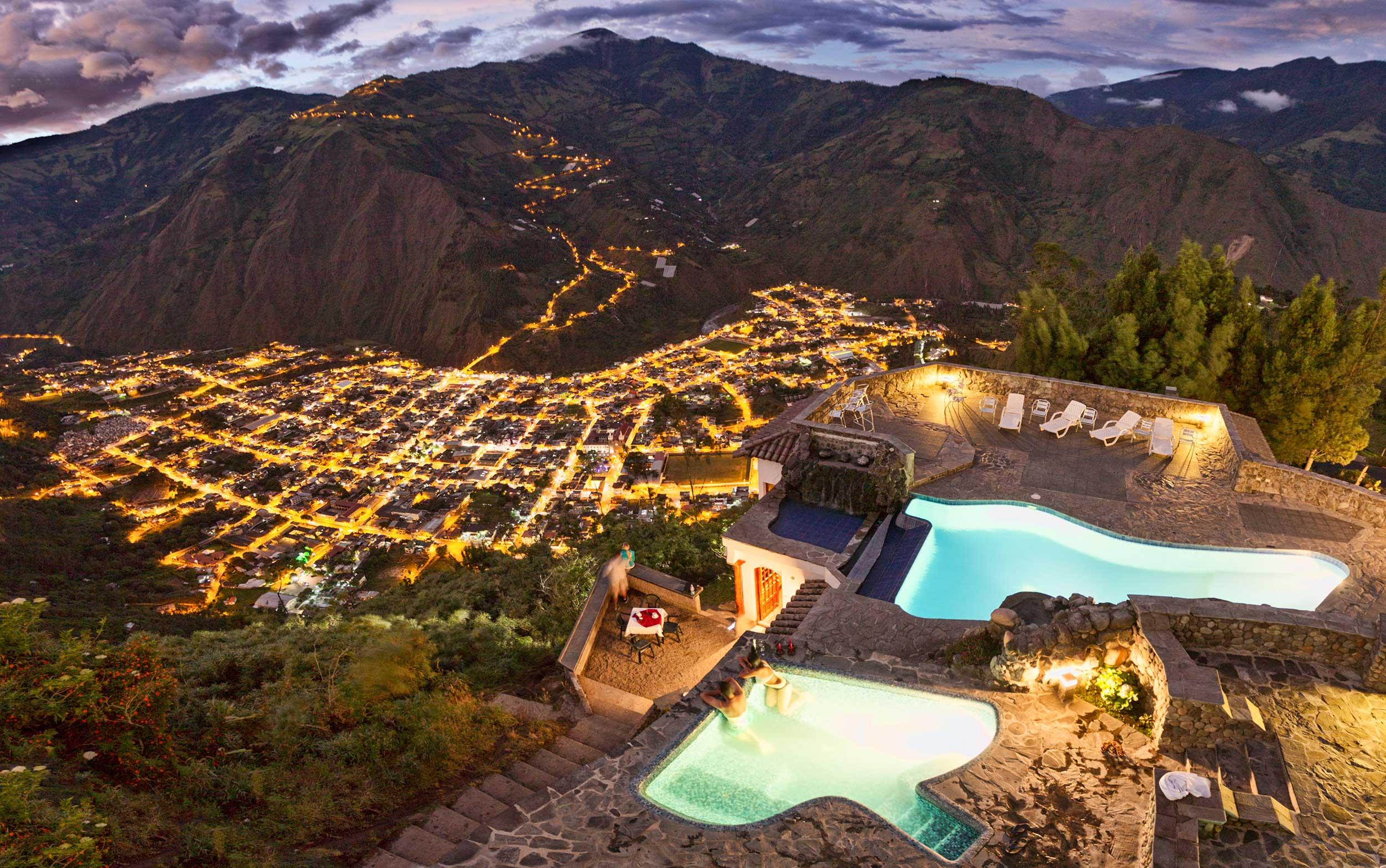 Espectacular vista a Baños (1.800m) desde las 4 piscinas e hidromasaje con agua caliente volcánica de Luna Volcán (2.200 m)