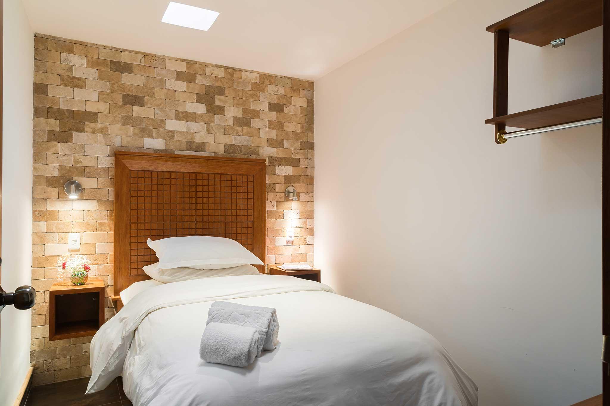 Hab. 3 - Piso 2   - 1 cama de 1 plaza y media (1,05 x 2m) Baño privado fuera de la habitaciónSala, comedor y cocina compartidos1 persona: $48