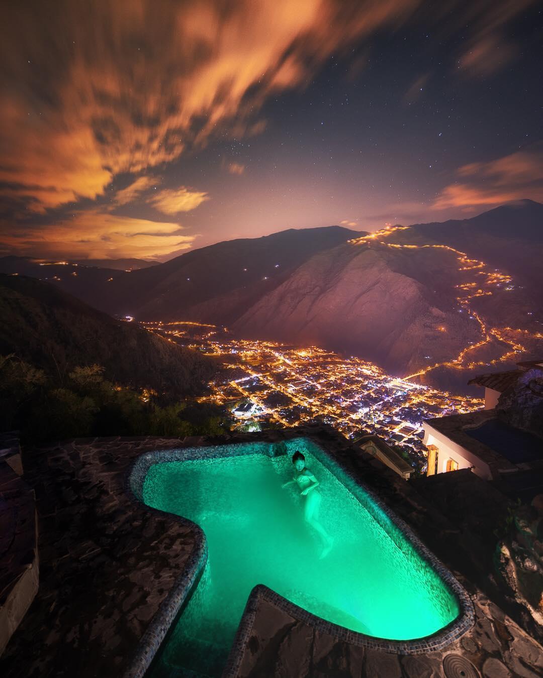 Vista a Baños desde una de las 4 piscinas de Luna Volcán. Foto: Instagram @palebluewanders