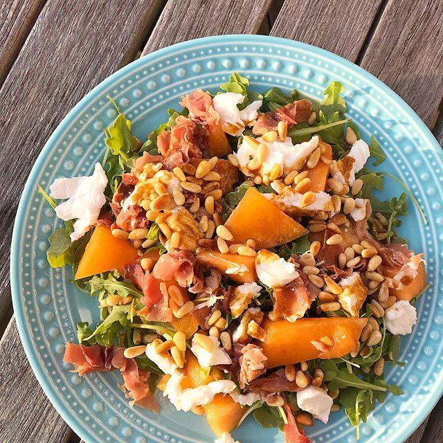 Summer Salads 🙌🏻 Arugula + cantaloupe + mozzarella + prosciutto + toasted pine nuts + balsamic vinaigrette 🌟