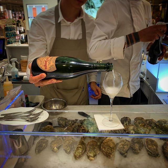 Taking a little break from shopping at El Corte Ingles in Barcelona and stopped at a little walk-up Oyster Bar called Amelie to enjoy a glass of @juveycamps and Oysters!  Check out the Juve y Camps Cava Brut and the Sparkling Rose in our boutique!