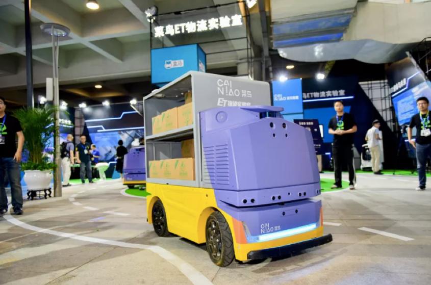 写真は、VERGE ' Alibaba made a driverless robot that runs 9 mph to deliver packages '