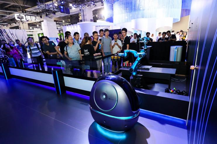 写真は、THE VERGE ' Chinese e-commerce giant Alibaba has built a robot porter for hotels called Space Egg '