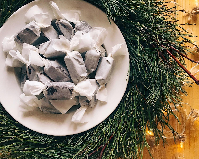 šokolādes īriskonfektes - jes, jes, jes, Ziemassvētku gaidīšanas laiks beidzot ir klāt - dāvanu gatavošana, pārsteigumi, adventes kalendārs un visādi gardumi. varētu teikt, ka šo visu es gaidīju jau gandrīz gadu. labi, sāksim tad ar burvīgām šokolādes īriskonfektēm - esmu pārliecināta, ka jums noteikti izdosies!Pirms gatavot konfektes aicinu uzmeklēt pārtikas termometru, kas spēs nomērīt arī 155℃ temperatūru, tas jau būs puse no uzvaras, pārējo paveikt būs pavisam vienkārši.