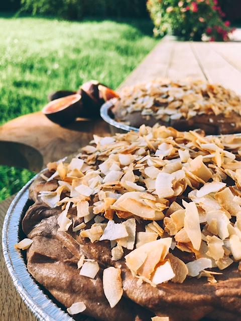 gaisīgais šokolādes pīrāgs - vienkārši pagatavojams deserts tiem, kuri nealkst visu dienu darbināt cepeškrāsni, bet bez saldā ēdiena iztikt vienkārši nevar. viegls, gaisīgs un ļoti labs.